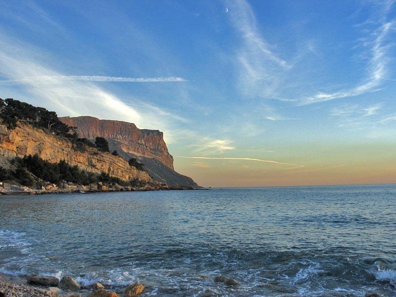 Vue sur le Cap Canaille depuis la plage de Cassis
